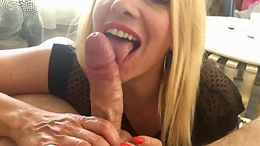WOW ! Babe QueenAnn make a fast blowjob and receive TWO cumshot...